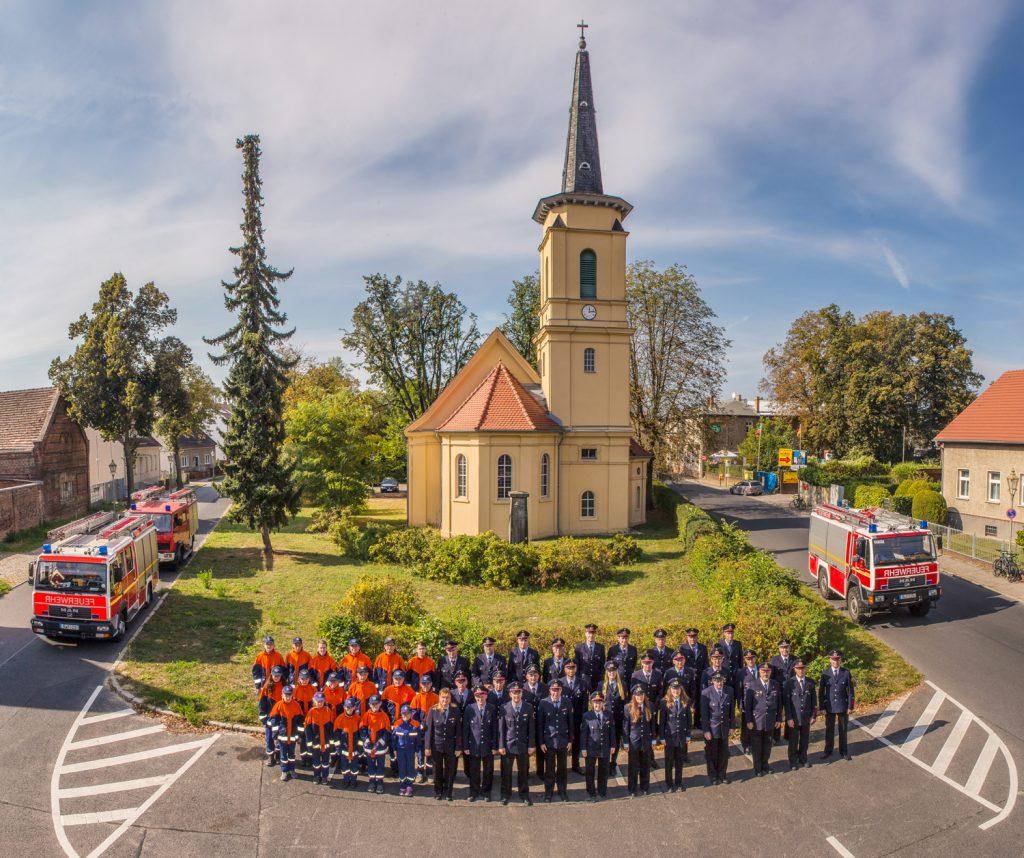 Bohnsdorfer Feuerwehr im Jahr 2016 vor der Dorfkirche